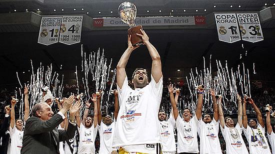 Reyes-con-la-copa-de-campeón-de-Liga-del-Real-Madrid-de-baloncesto-Foto-Liga-ACB-Endesa